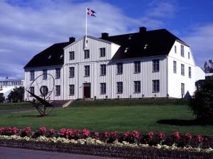 Menntaskólinn_í_Reykjavík_(main_building,_2004)